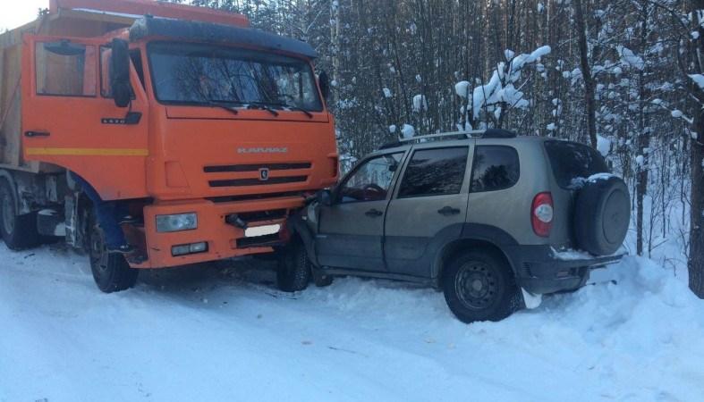 «Нива» столкнулась с КамАЗом в Карелии, водитель в больнице
