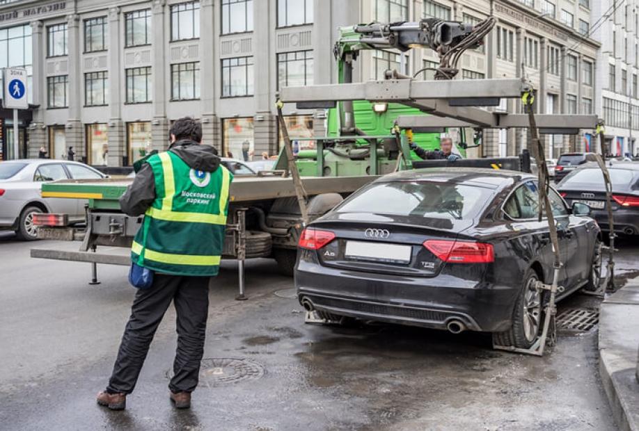 Названы улицы Москвы, где в 2017 году чаще всего эвакуировали машины