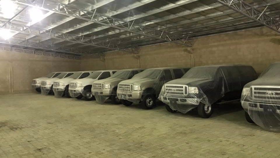 В Дубае найдены 10 новых Ford Excursion, простоявших на парковке 15 лет