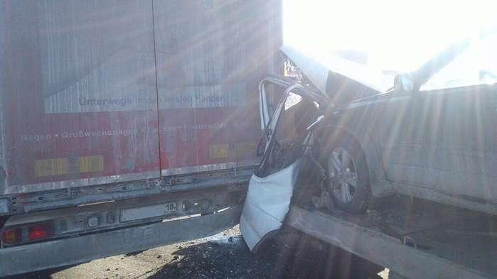 В Ижевске эвакуатор, перевозивший автомобиль, протаранил фуру