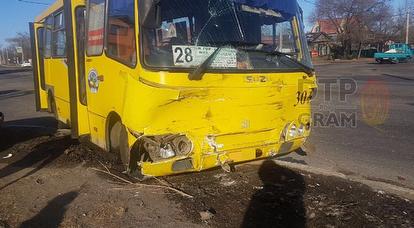 В Благовещенске легковушка протаранила рейсовый автобус № 28, трое пострадали