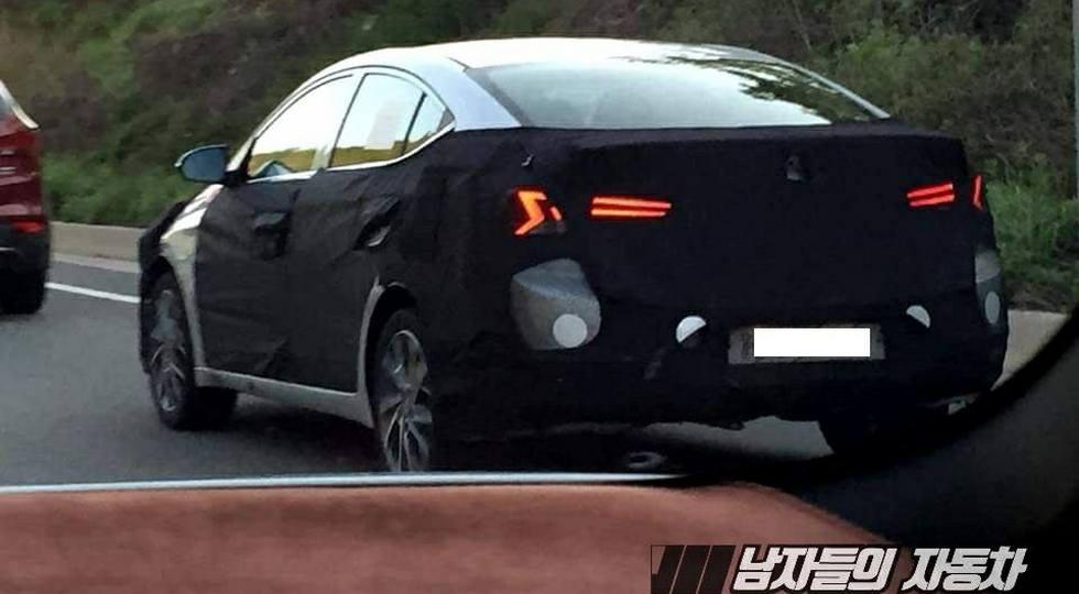 В Сети опубликовали первые шпионские фото обновленного Hyundai Elantra