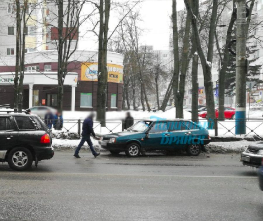 Две девушки попали вод колеса ВАЗа возле автовокзала в Брянске