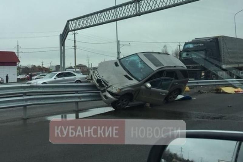 В Краснодаре автоледи устроила жуткое ДТП двух Mercedes Benz