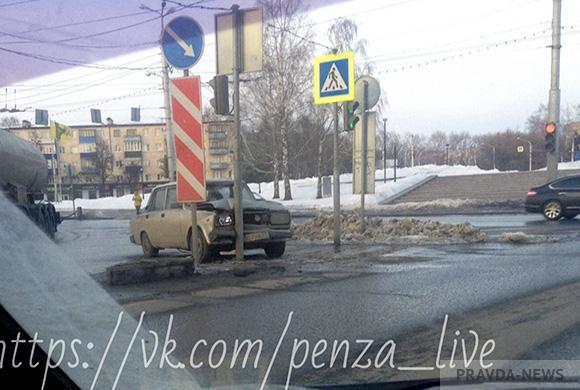 «Пятерка» протаранила светофор в Пензе у памятника Победы