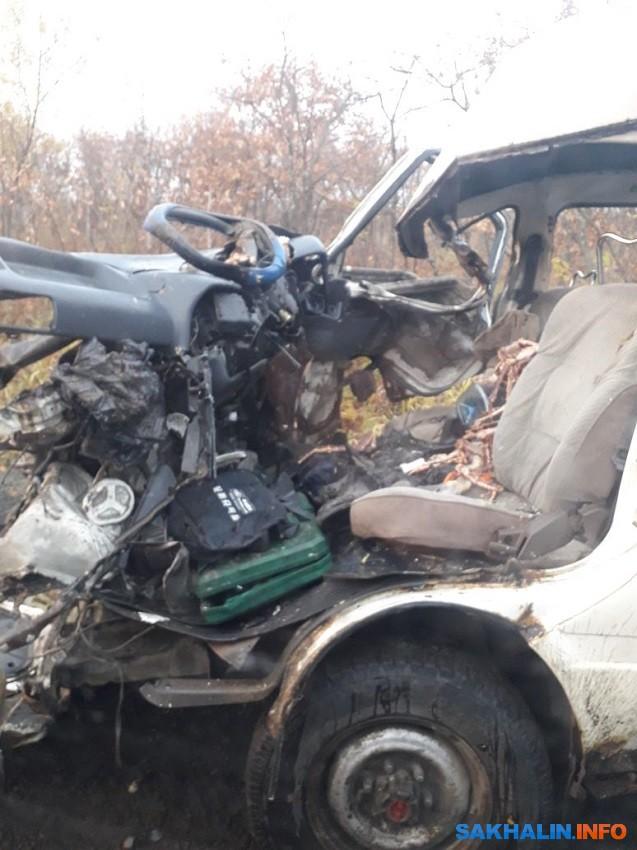 Водитель микроавтобуса погиб в ДТП с большегрузом в Долинском районе