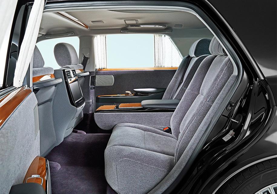 Toyota презентовала роскошный седан Century с салоном из 60-х годов