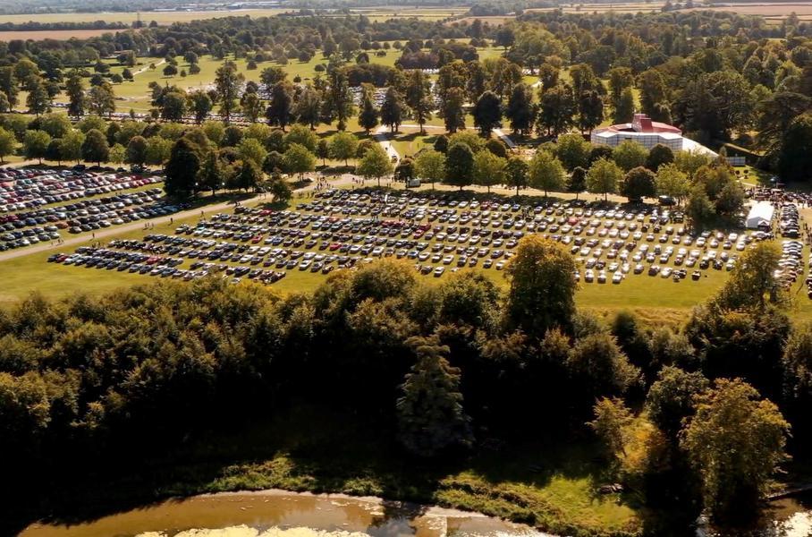 Bentley собрала в одном месте 1321 автомобиль разных эпох