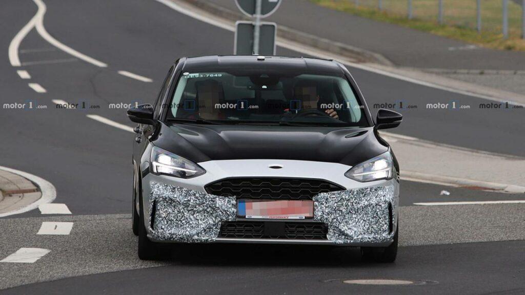Новый хэтчбек Ford Focus ST остался почти без камуфляжа