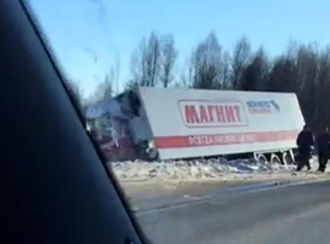 Фура «Магнита» опрокинулась в кювет под Кировом