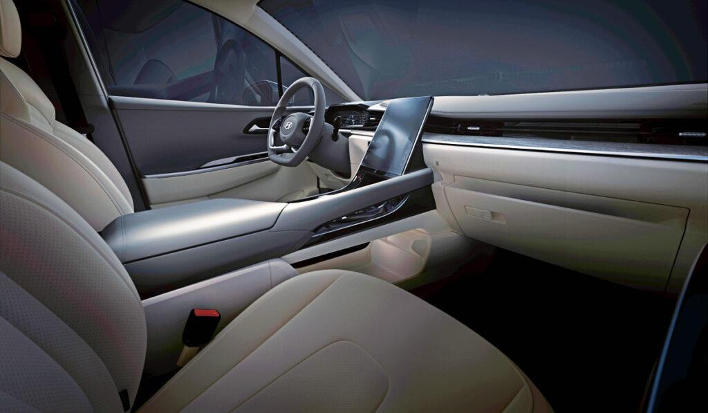 Компания Hyundai показала официальные изображения нового минивэна Custo