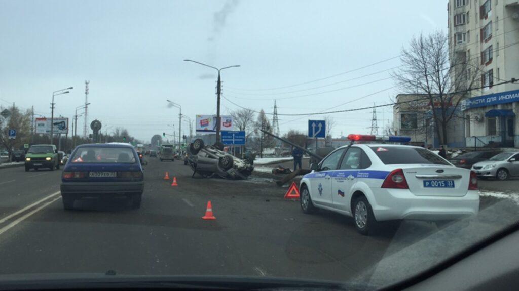 Во Владимире кроссовер «Тойота» врезался в столб и перевернулся