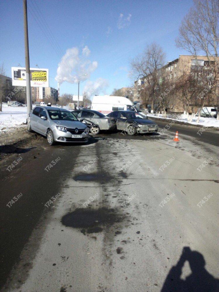 Два человека пострадали в жестком тройном ДТП в Оренбурге