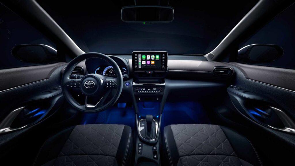 Toyota запустила в продажу новый компактный кроссовер Yaris Cross