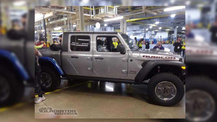 Первый экземпляр пикапа Jeep Gladiator сошел с конвейера
