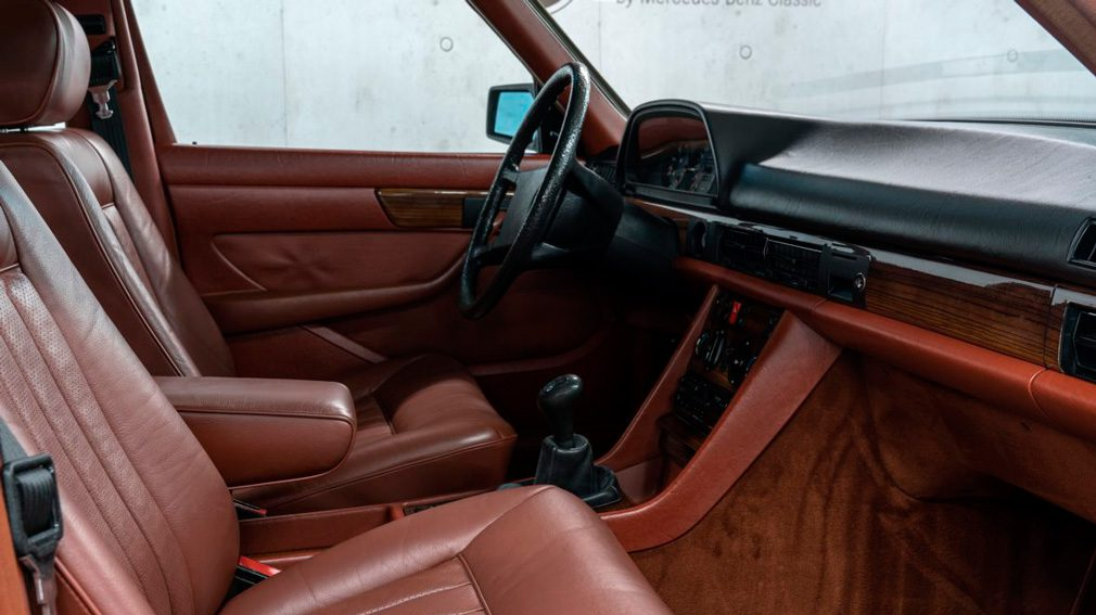 Музей Mercedes-Benz продает 37-летний S-Class с заводской гарантией