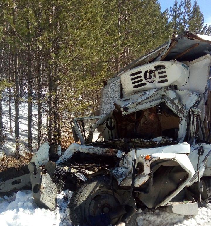 Водитель грузовика погиб в страшном ДТП с лесовозом в Башкирии