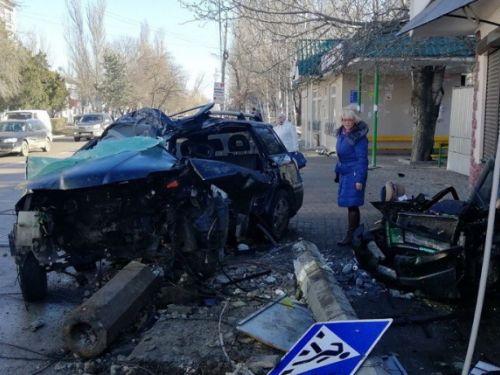 Три человека пострадали в легковушке, врезавшейся в столб в Феодосии