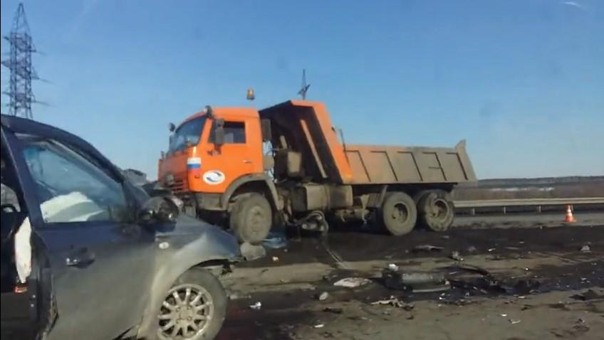 КамАЗ расплющил иномарку на кузбасской трассе, погибла женщина