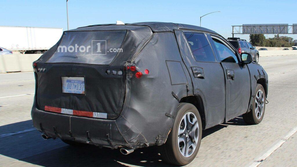 Toyota вывела на тесты новое поколение кроссовера Toyota RAV4