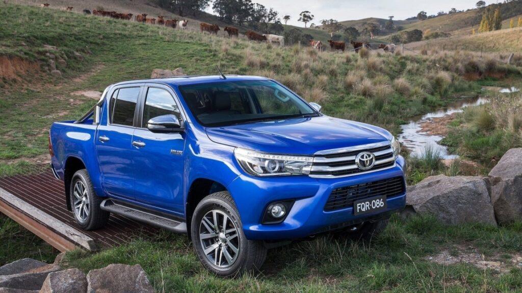 Дилеры Toyota резко подняли цены на пикап Toyota Hilux в России