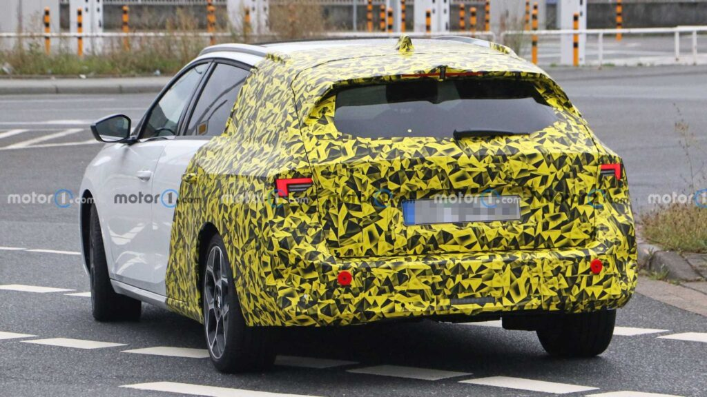 Opel тестирует универсал Astra 2022 модельного года