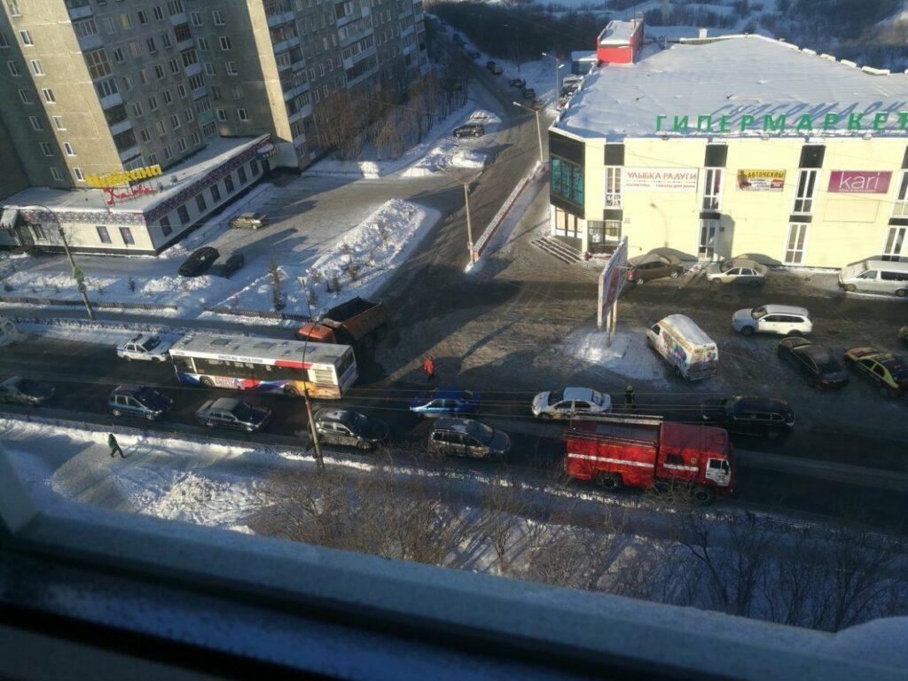 Автобус №18 столкнулся с грузовиком в Мурманске