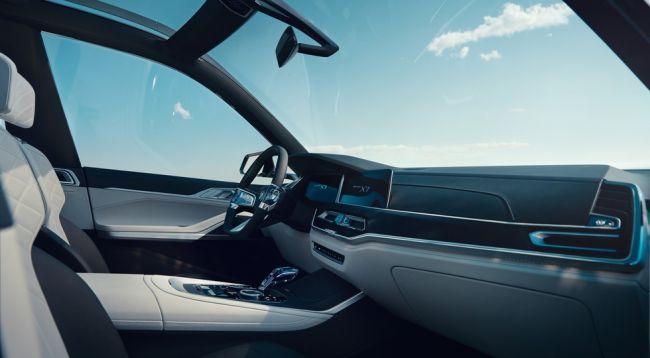 Компания BMW официально представила большой кроссовер X7 iPerformance