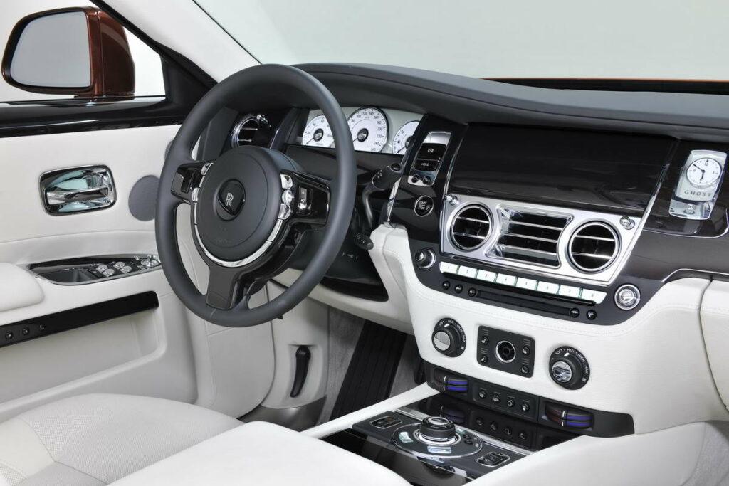 В автомобилях Rolls-Royce никогда не будет популярного оборудования