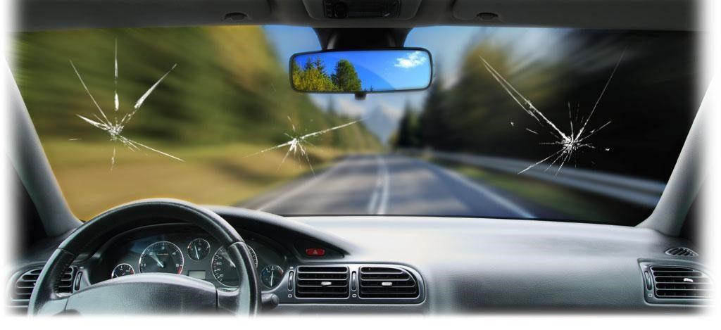 Назван топ-3 причин, из-за которых лопается лобовое стекло автомобиля