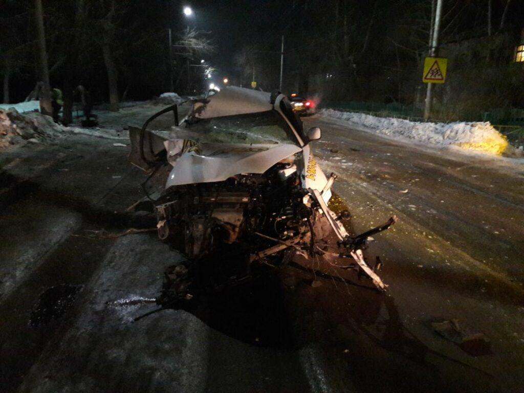 В Алтайском крае погиб таксист после столкновения с деревом