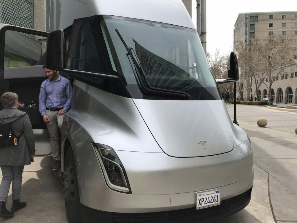 Появились первые фотографии салона электрической фуры Tesla Semi