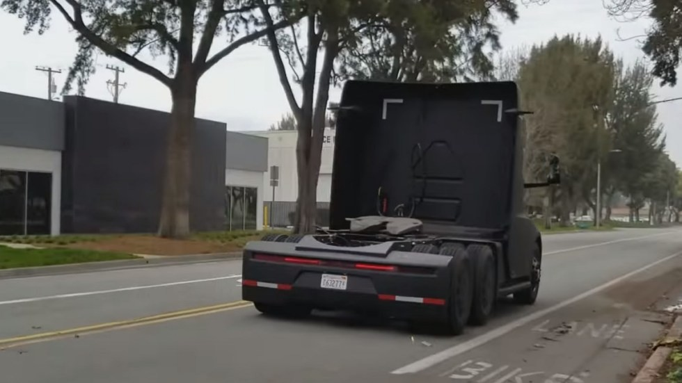 Электрический грузовик Tesla Semi показан на видео без камуфляжа