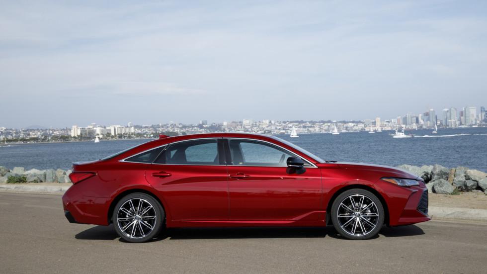 Toyota назвала цены на обновленный седан Toyota Avalon