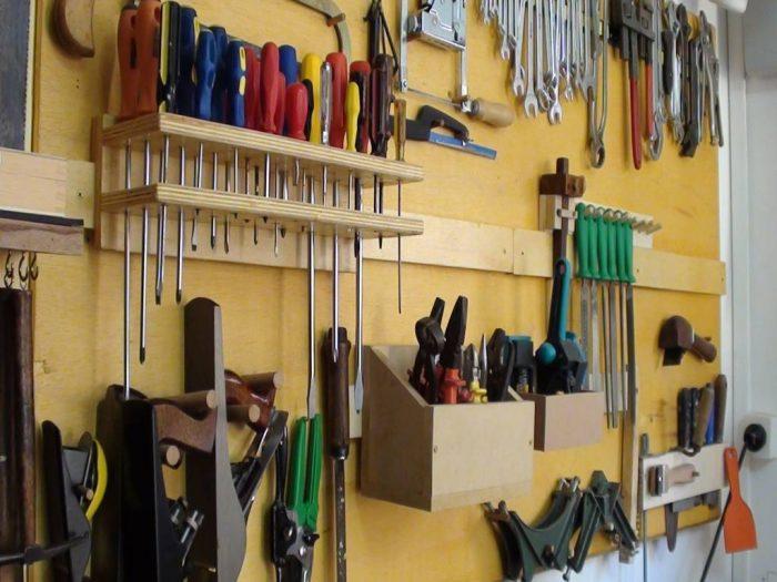 Удобна полка для инструментов в гараже