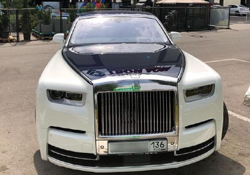 Rolls-Royce Phantom за 50 млн рублей заметили на парковке в Воронеже