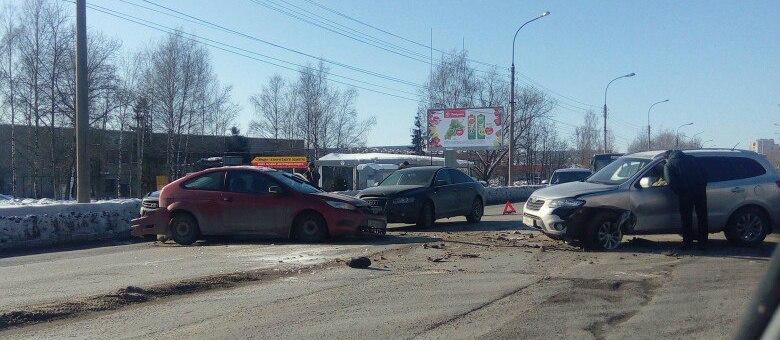 4 автомобиля столкнулись на Нехинской, улица встала в пробке