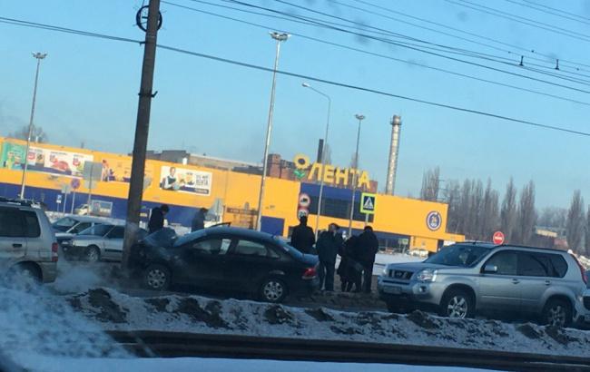 """""""Фольксваген"""" протаранил """"десятку"""" и столб в Курске, двое в больнице"""