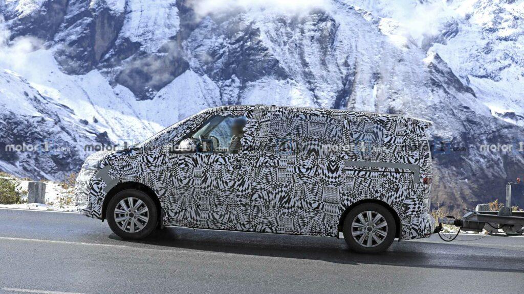 Прототип серийного фургона Volkswagen T7 замечен на тестах