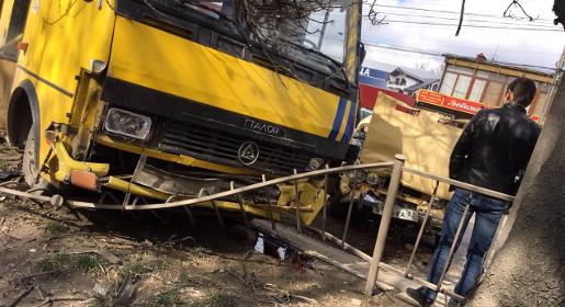 Легковушка протаранила автобус в Симферополе, пострадали семеро