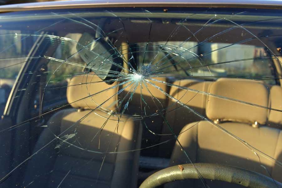 Что делать если автомобильное стекло треснуло?