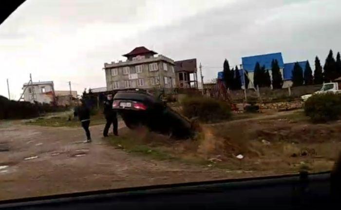 Иномарка перевернулась на крышу после ДТП в Севастополе