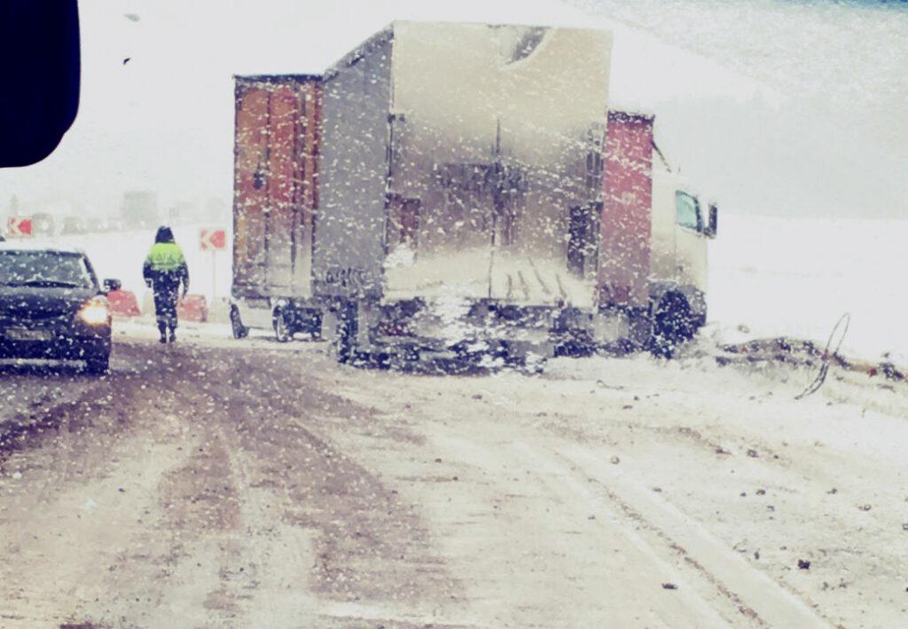 Большегруз развернуло посреди дороги на трассе Пермь-Екатеринбург